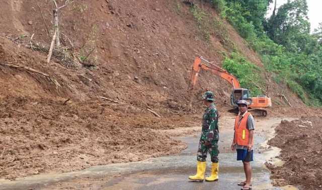 salah seorang prajurit TNI siaga di lokasi bencana