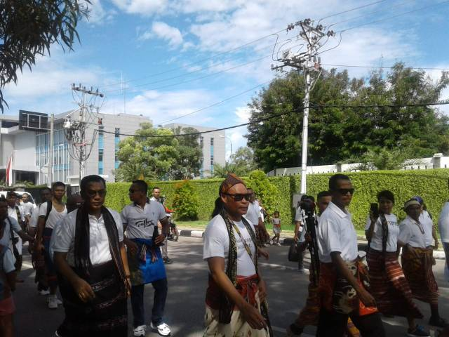 peserta festival sarung tenun ikat NTT dengan busana dari masing-masing daerah di NTT
