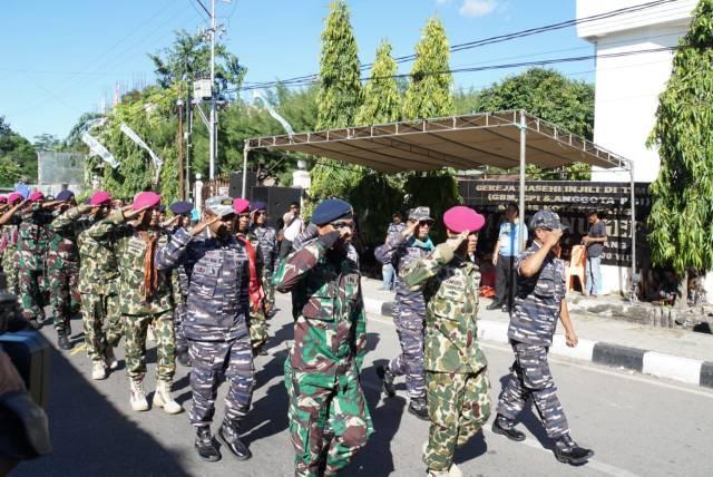 Para prajurit Lantamal VII dalam pawai kota perayaan Paskah di Kota Kupang.