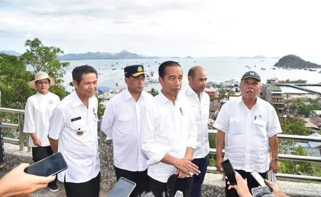 Presiden Jokowi bersama rombongan di Puncak Waringin Labuan Bajo