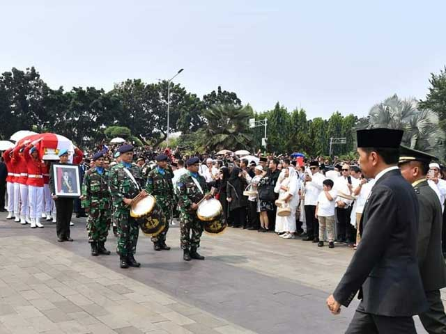 presiden-jokowi-pimpin-upacara-pemakaman-bj-habibie