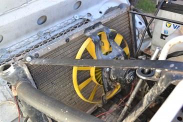 Sur gros moteurs Cléon, le radiateur et son ventilateur électrique sont juste devant le capot.