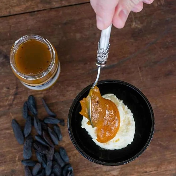 Vaniljeis med Ubá Mango og Tonka Bean Topping