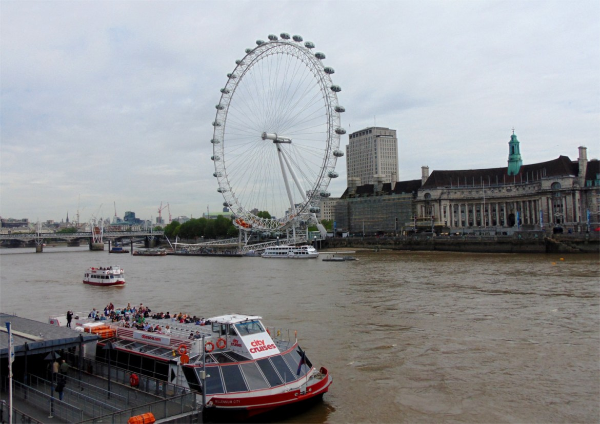 Das London Eye von der Westminster Bridge