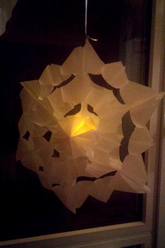 Sterne aus Brotpapiertüten beleuchten