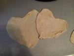 Tortillas de harina en forma de corazón paloteadas por Mía con mucho amor.