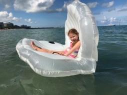 Nos divertimos mucho con la concha gigante en el mar.