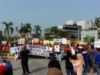 Pekerja Berpiket di Hadapan Kilang Megasteel di Banting Menuntut Pampasan Yang Wajar Daripada Majikan