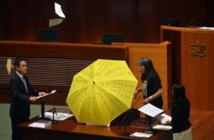 Aksi ahli Dewan Perundangan Hong Kong (Legco) Leung Kwok-hung yang membuka 'Payung Kuning' yang merupakan simbol gerakan demokrasi anak muda Hong Kong pada 2014 pada upacara angkat sumpah dewan. Aksi ini dikatakan melanggar peraturan Dewan Perundangan dan Leung bersama 3 orang lain telah dibuang daripada Dewan tersebut tanpa sebarang perbicaraan atau undi.