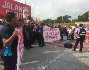 Lebih Seratus Pekerja AIROD Melancarkan Aksi Piket!