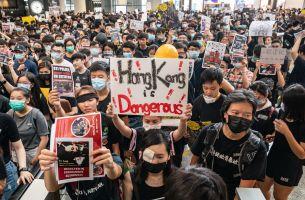 Pekerja dan anak muda Hong Kong menduduki lapangan terbang antarabangsa sebagai tanda protes terhadap kerajaan Hong Kong dan rejim kuku besi China
