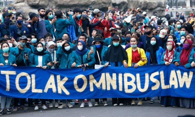 Indonesia : Jutaan kelas pekerja dan anak muda bangkit melancarkan mogok dan membantah 'Omnibus Law'