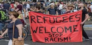 De syriske flyktningene ble ønsket velkommen med vinking, plakater og flagg.