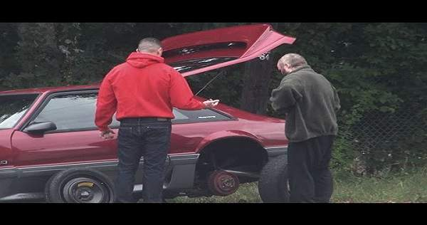 Alle suser forbi bilen med motortrøbbel - men så skjer det noe uventet