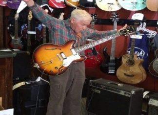 gammel mann spiller gitar