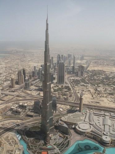 """სიმაღლე: 828 მ; მშენებლობის ღირებულება 1,5 მილიარდი აშშ დოლარი; დასრულების თარიღი: იანვარი, 2009 წელი მსოფლიოს ყველაზე მაღალი შენობა. ყველაზე მაღალი მეჩეთი, 158-ე სართულზე. """"ემფაიერ სთეით ბილდინგზე"""" ორჯერ მაღალი. მთლიანად 163 სართული, საკუთარი გაზონები, ბულვარები, პარკები."""