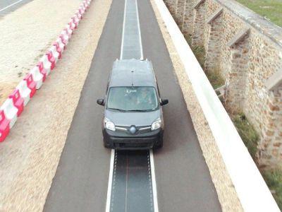 Francia prueba un sistema de recarga inalámbrica de 20 kW para coches eléctricos en circulación
