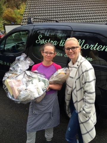 Nina Karin Olsen mottar premien fra Søstra Til Morten