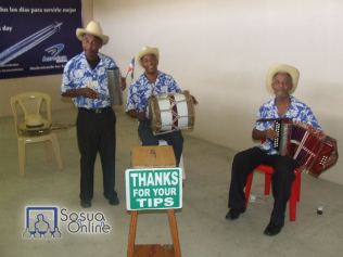 Los músicos del Aeropuerto Gregorio Luperón
