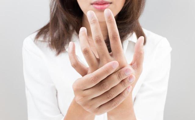 Почему появляются синяки на кистях рук без причины