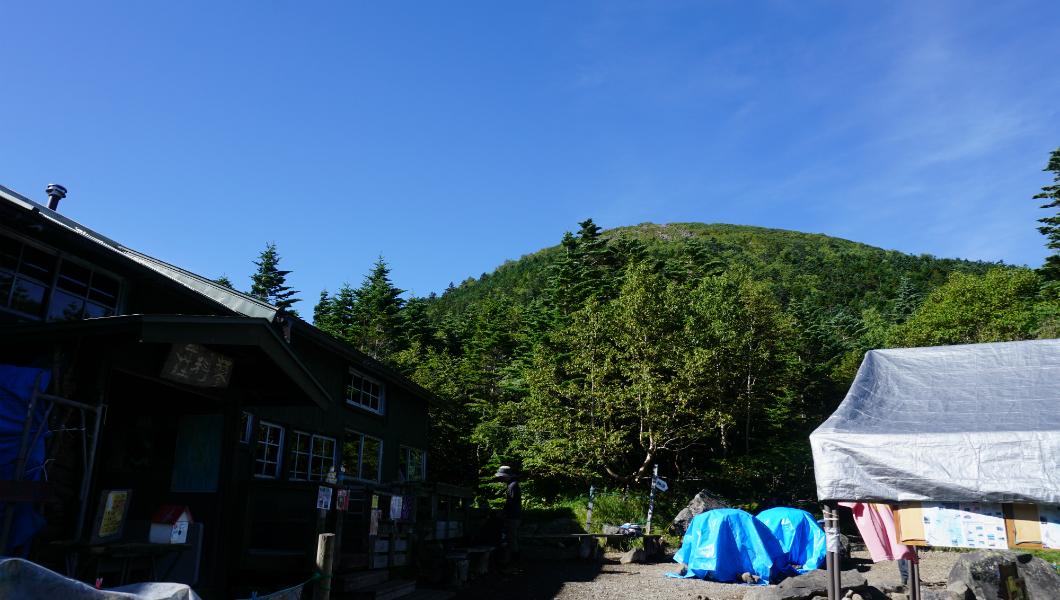 蓼科山荘から山頂を望む
