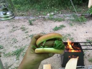 焚火でハンバーグ