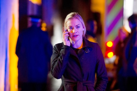 Yvonne-Strahovski-Kate-Morgan-phone-24-Live-Another-Day-Episode-9