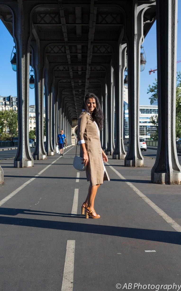 Robe Djellaba lin couleur taupe, passementeries blanches faites main - Création Sou and You - Lieu : Paris - Pont de Bir Hakeim