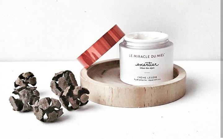 LA CRÈME LÉGÈRE MIRACLE DE MIEL d'EXERTIER, à la texture fine et fluide, permet d'hydrater la peau. Grâce à la synergie de ses actifs végétaux, elle constitue un véritable bouclier anti-âge adapté à tous types de peau, à tous les climats. Cette crème est formulée à base d'ingrédients 82 % d'origine naturelle. Elle est composé de : Miel de Courchevel, riche en acides animés, en oligo-éléments et en fructose, qui contribue à la réparation tissulaire. Grâce à la concentration en glucose oxydase, cet actif permet aussi de rétablir et d'entretenir la respiration cellulaire de la peau. Il possède également une action hydratante et réparatrice d'exception. D'acide hyaluronique, un actif connu pour ses propriétés hydratantes et repulpantes, qui réduit les rides et les ridules. Et de gelée royale permettant de booster d'immunité et d'améliorer l'hydratation de la peau, tout en stimulant la production de collagène.