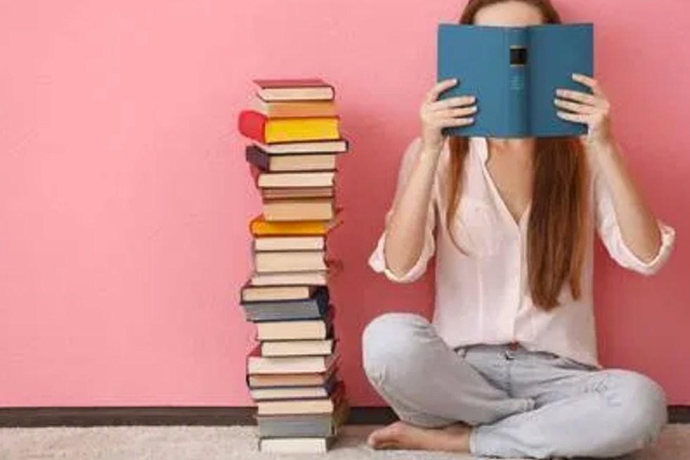Vrouw die een boek leest
