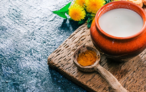 Make a face mask with curd and honey