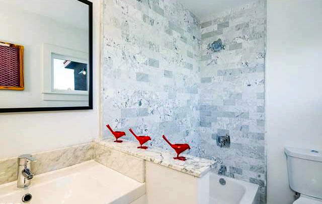 Bath with marble walls