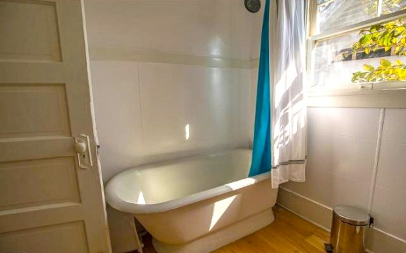 Bath with clawfoot tub