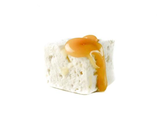 Süss trifft salzig. Eine angenehm zarte Gaumenfreude mit Suchtfaktor! Unser klassischer Marshmallow durchzogen mit gesalzenem Karamel.