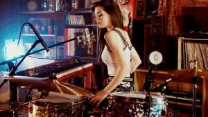 Foo Fighters meets 70's Bobby Caldwell - Live Looping Mashup by Elise Trouw (Video)