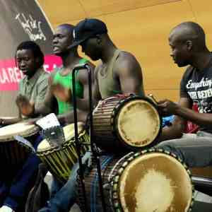 African Drummers playing Djembe drums in Paris Subway [Video]