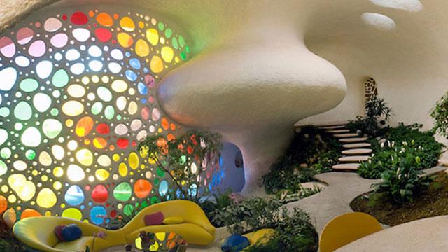 Os móveis acompanham as formas irregulares da arquitetura.