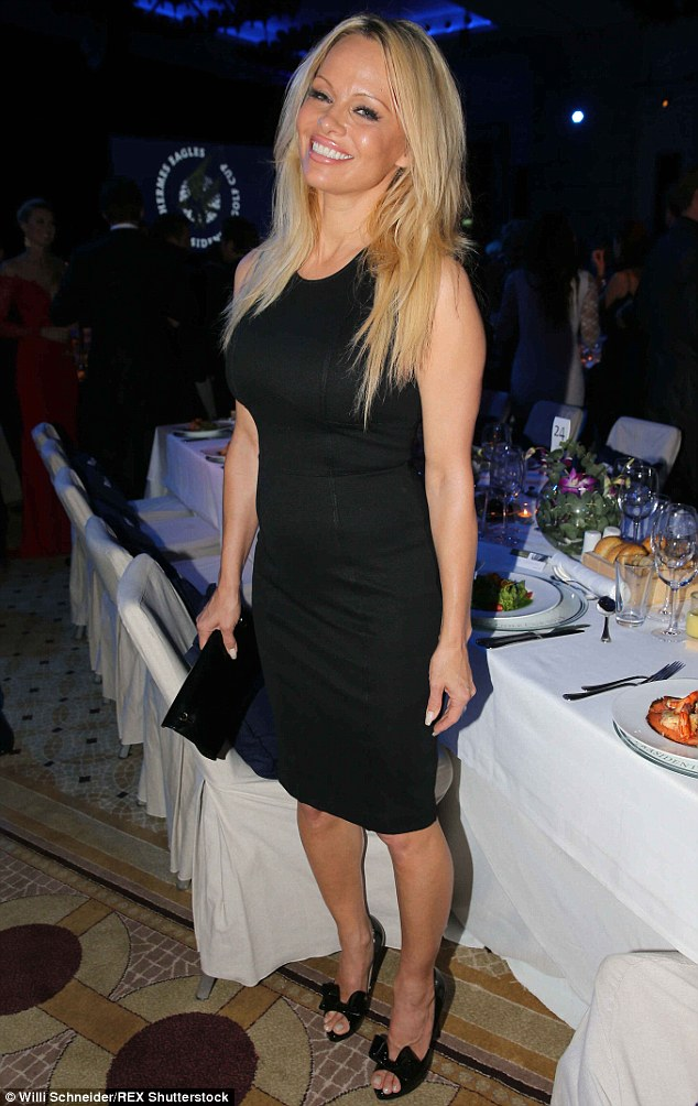 2E426CA900000578-0-Big_smile_The_48_year_old_blonde_bombshell_was_certainly_in_good-m-48_1447041358505