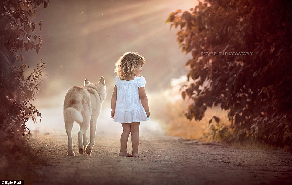 2F23AC6D00000578-3349290-One_of_the_most_ethereal_images_captures_a_young_girl_walking_ba-a-3_1449498988627