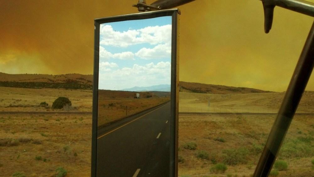Чистое небо сзади и дым от пожаров впереди