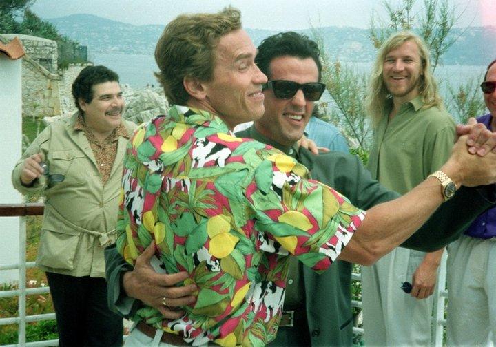 Арнольд Шварценеггер и Сильвестр Сталлоне танцуют в Каннах, 1990 г.