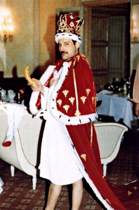 Фредди Меркьюри в королевском обличье.