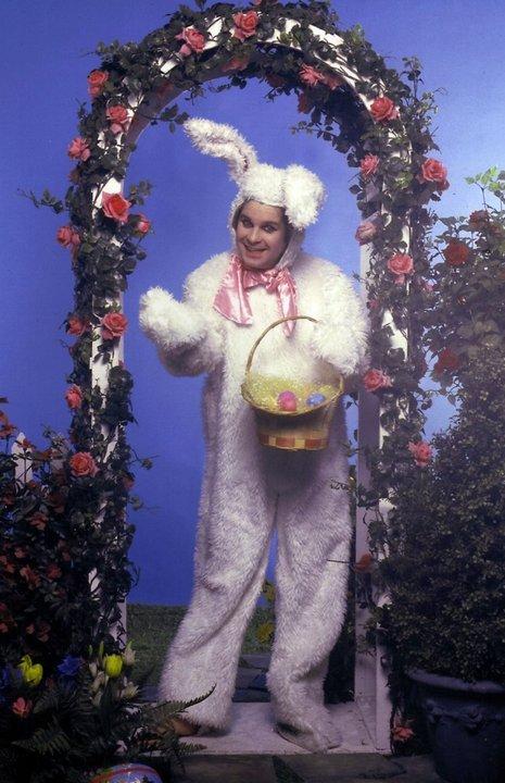 Оззи Осборн в костюме пасхального зайчика.