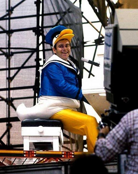 Элтон Джон выступает в костюме Дональда Дака, 1980 г.