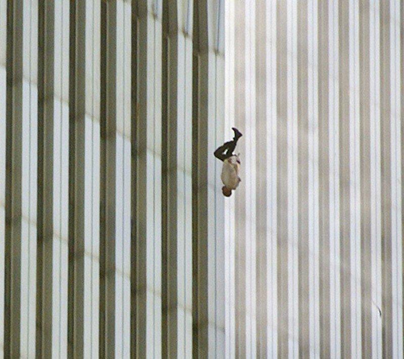 Мужчина падает с торгового центра во время терактов 9/11