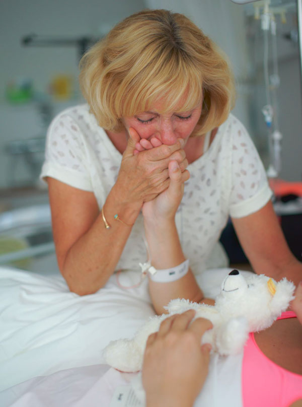 mothers-help-daughters-give-birth-photography-14