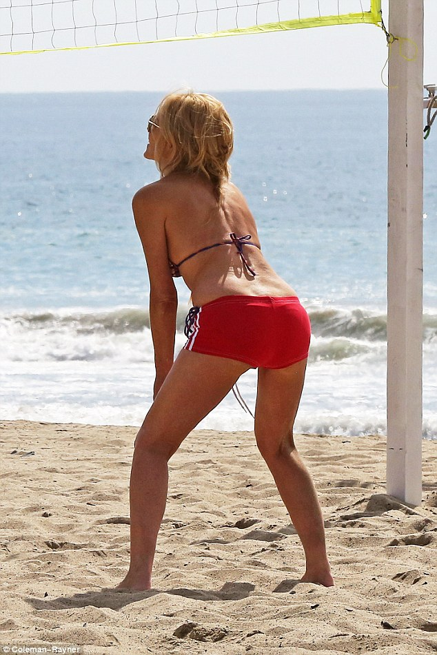 397f574b00000578-3849110-sexy_the_star_got_into_position_for_the_game_of_volleyball_by_st-a-14_1476867690280