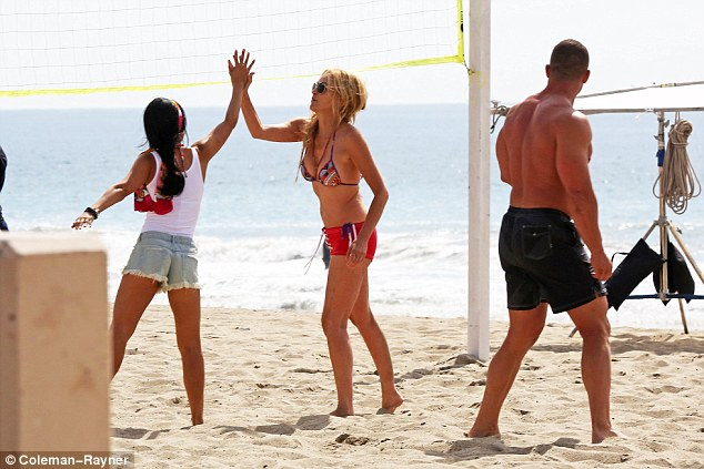 397f586700000578-3849110-high_five_she_celebrated_with_her_co_star_as_they_played_volleyb-a-19_1476867694957