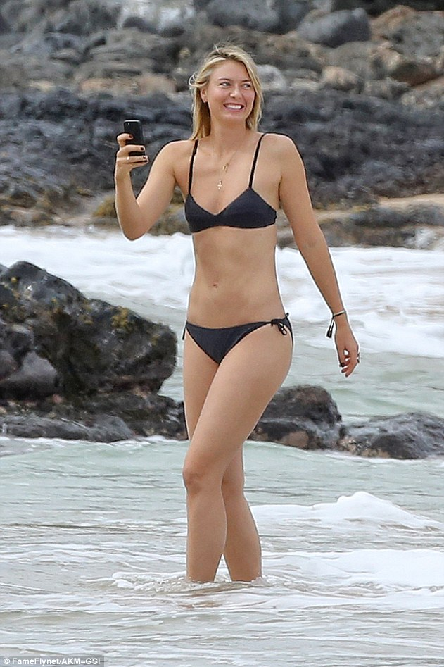 3bd3575a00000578-4085972-stunner_maria_sharapova_29_showed_off_her_super_toned_figure_and-a-41_1483492328087