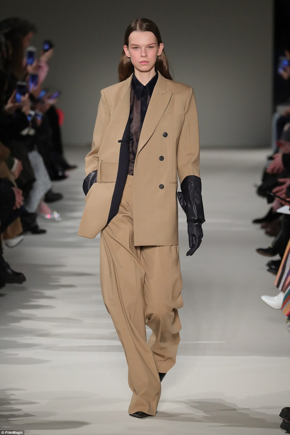 3D20409200000578-4219240-Androgynous_Baggy_trousers_were_all_the_rage_at_the_hotly_antici-a-3_1486986184164